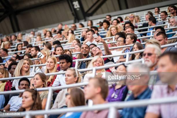 スタジアムで応援する観客のグループ - 30代の女性 ストックフォトと画像