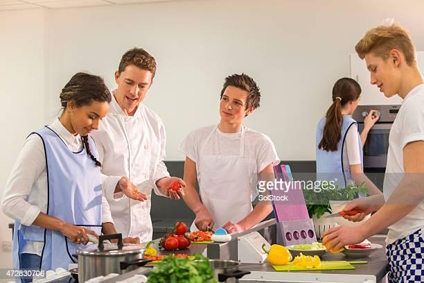 Grupo de estudiantes Chefs aprendizaje con Instructor
