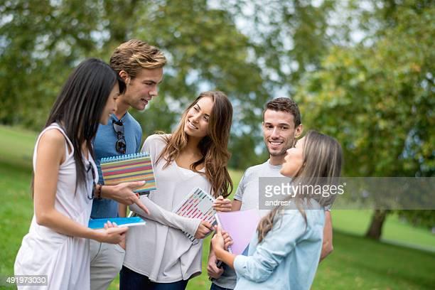 学生グループに公園