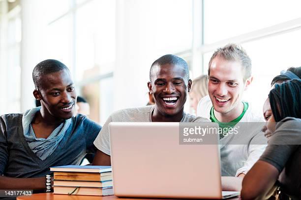Gruppe von Studenten, die einen moment