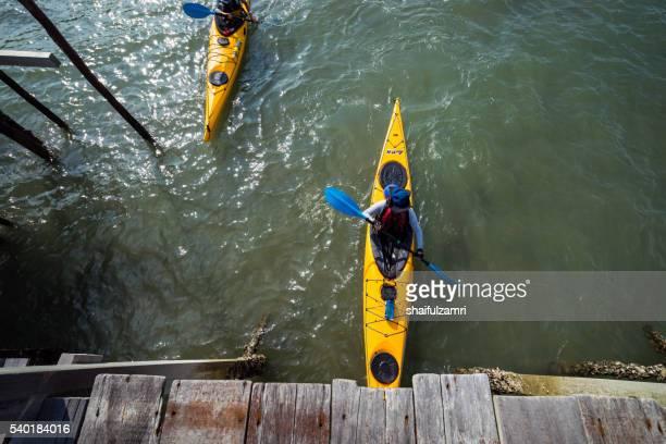 a group of students having fun in kayaks in sibu island of johor, malaysia. - shaifulzamri 個照片及圖片檔