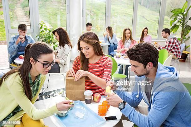 Groupe d'étudiants dans une cafétéria.
