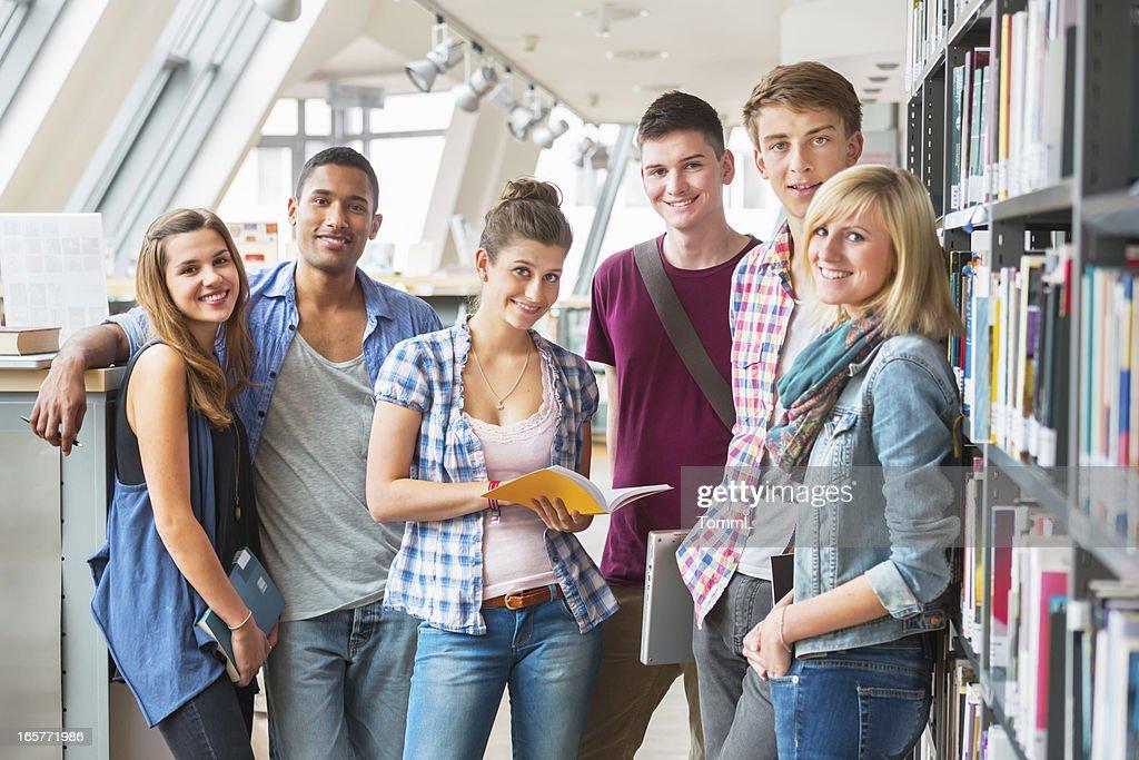 Gruppe von Studenten in der Bibliothek : Stock-Foto