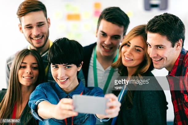 Eine Gruppe von Studenten, die Selfie.