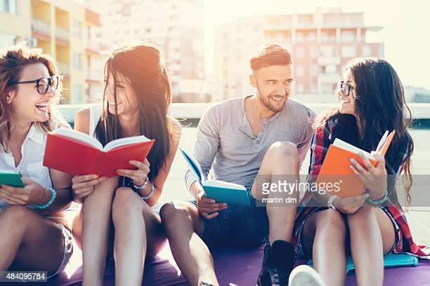 Gruppe von Studenten lesen Bücher, auf dem Dach