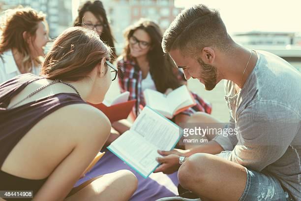 Grupo de estudiantes leyendo libros en el último piso
