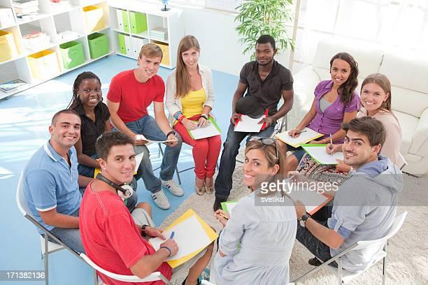 Groupe d'étudiants assis dans un cercle.