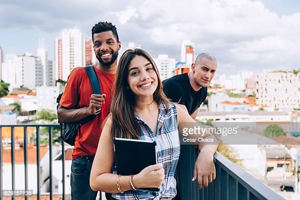 grupo de estudantes sorrindo - jovem adulto - fotografias e filmes do acervo