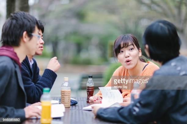 キャンパス内に留学生のグループ - 冷たい飲み物 ストックフォトと画像