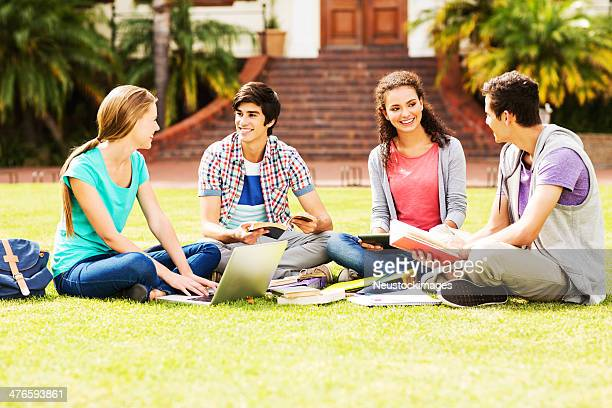 Gruppe von Studenten lernen In Quad auf College-Campus