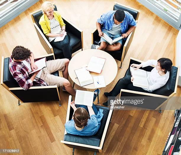 て勉強する学生グループ