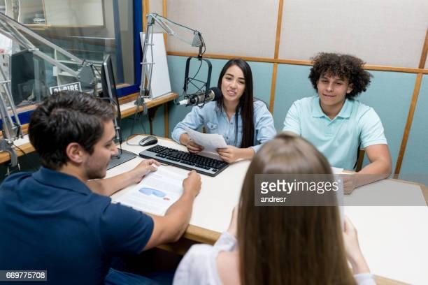 ラジオで話している学生のグループ