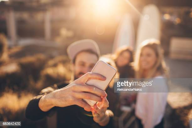 Gruppe von Surfern Selfie machen