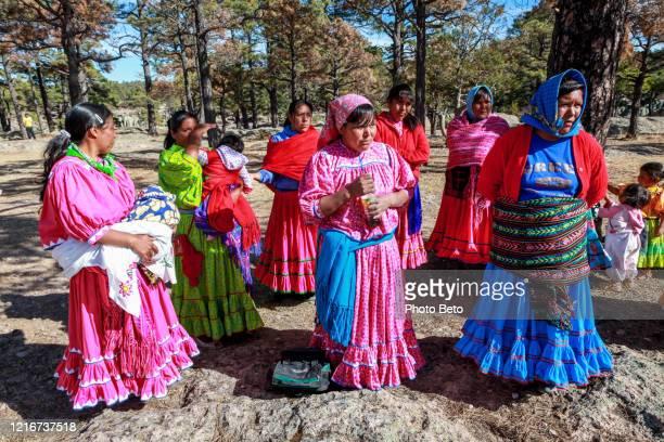 un grupo de mujeres raramuri (tarahumara) vestidas con ropa tradicional en el norte de méxico - tarahumara fotografías e imágenes de stock