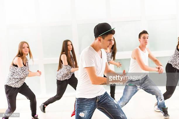 Gruppe von teenage dancers üben modernen Tanz.