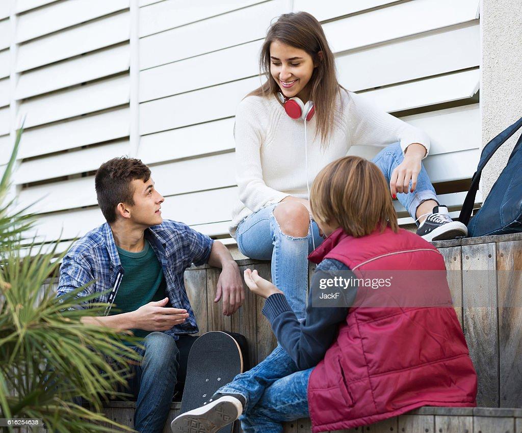 Grupo de amigos de adolescente a conversar e divertir-se : Foto de stock