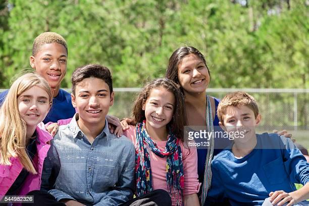 Eine Gruppe von teenager Freunde. park oder den campus.