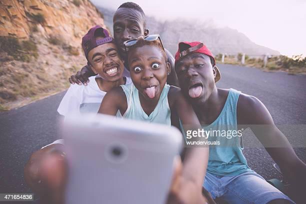 """Grupo de adolescente con amigos para un """"selfie"""" tirar de caras"""