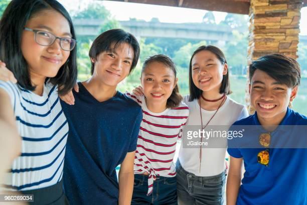 10 代のお友達が、selfie を引き継ぐのグループ