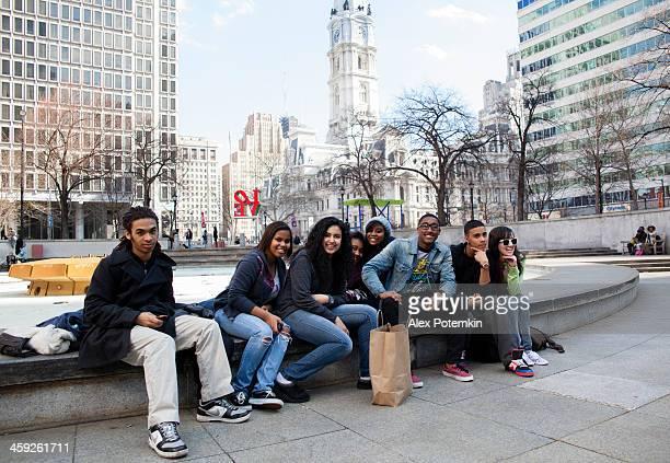 Gruppo di adolescenti nella piazza, Philadelphia, USA