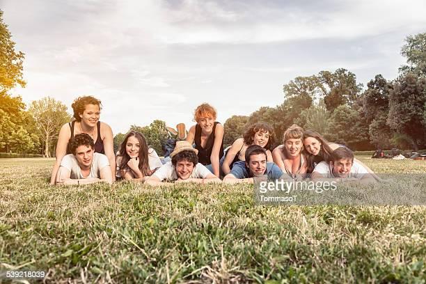 グループのリラクゼーション、草の上でのティーンエイジャーの花輪