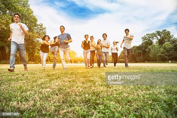 ティーンエイジャーのグループランニングで、公園