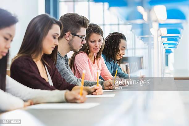 Gruppe von Teenagern, die ein test