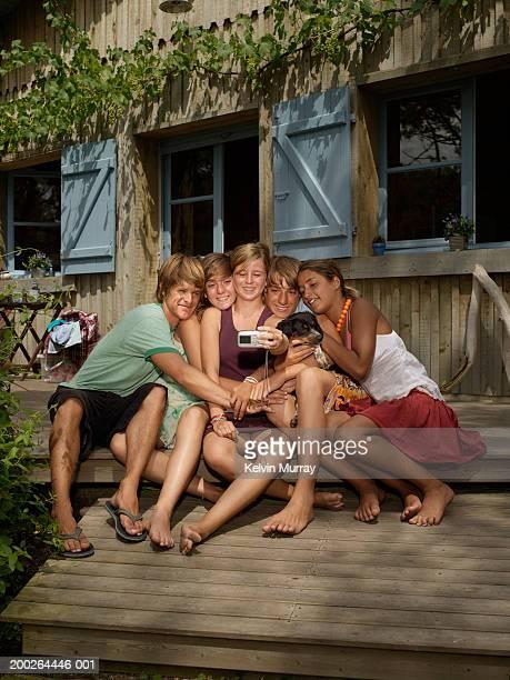 group of teenagers (14-20) taking self portrait with digital camera - girls with short skirts - fotografias e filmes do acervo