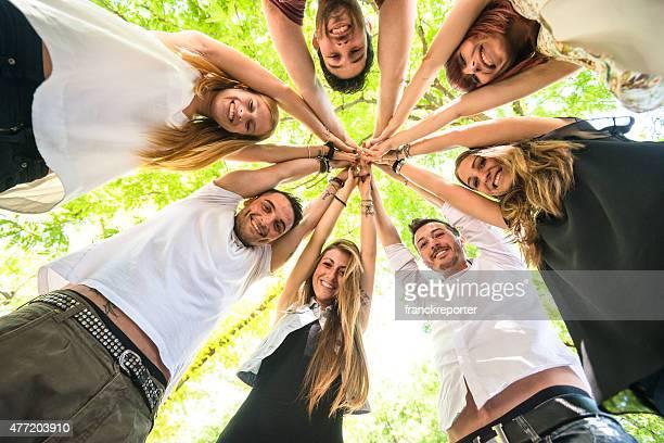 Groupe d'adolescents heureux de bénévolat
