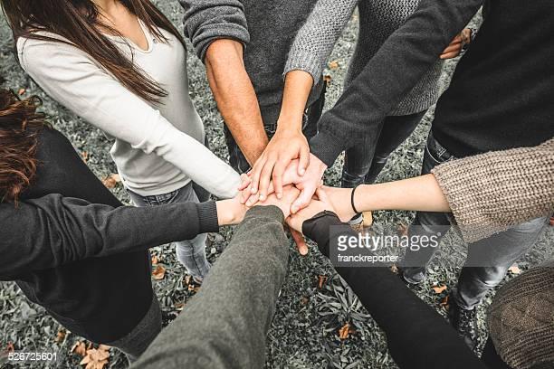 Gruppe von Teenagern, die Freiwilligen