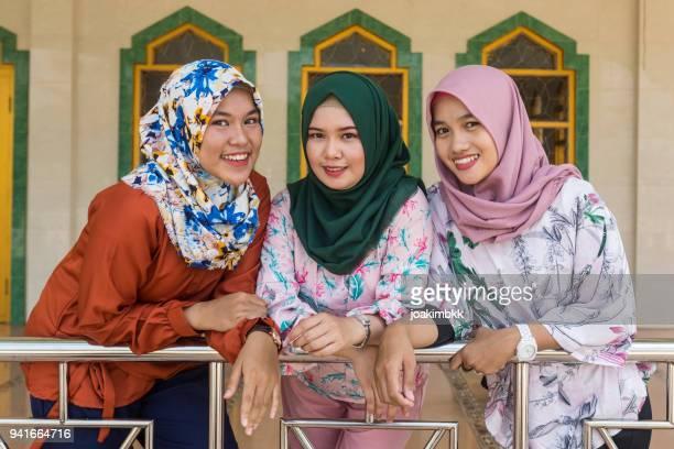 モスクでイスラム教徒のアジア 3 若い女性のグループ - モスク ストックフォトと画像