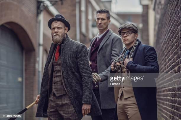 grupp av tre vintage gangster män i en gammal stad - liga bildbanksfoton och bilder