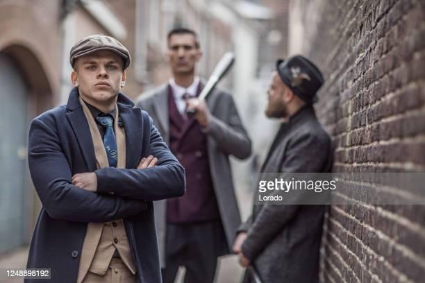 groep van drie uitstekende gangster mensen in een oude stad - 's hertogenbosch stockfoto's en -beelden