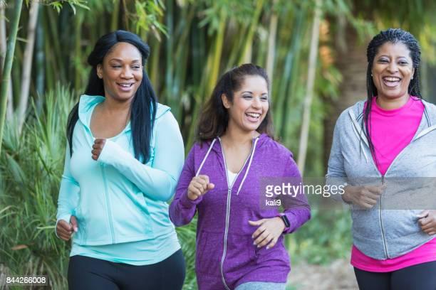 Gruppe von drei Frauen zusammen Joggen
