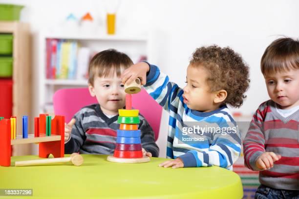 Grupo de niños jugando con juguetes de madera de color