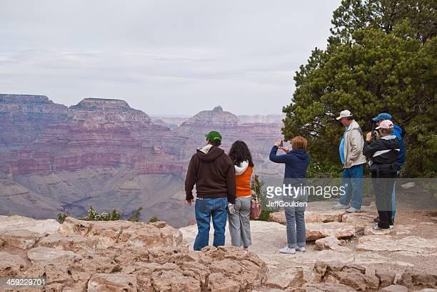 Gruppo di turisti scattare foto