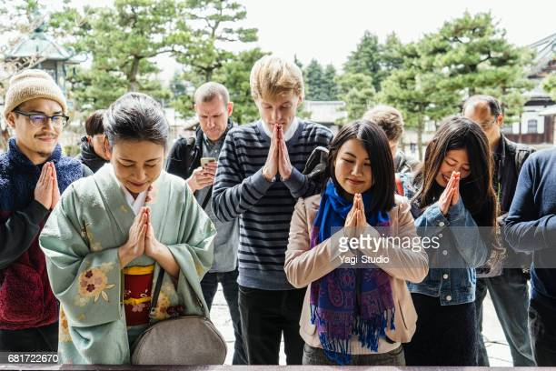 日本のお寺の観光客のグループ