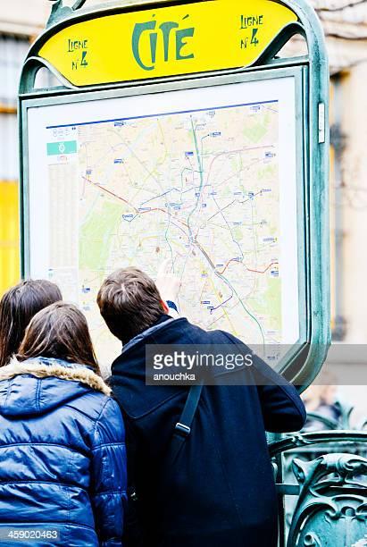 groupe de touristes à la recherche de plan de ville, paris, france - guy carcassonne photos et images de collection