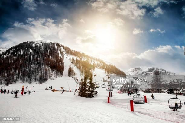 Grupo de turistas de esquí y disfrutar de remonte de esquí francesa de Val d ' Isere
