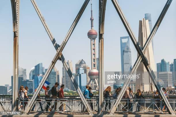 grupo de turistas que visitam o bund em xangai - rio huangpu - fotografias e filmes do acervo