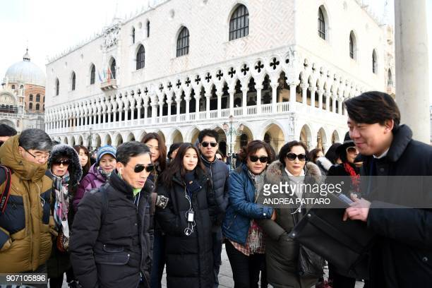 A group of tourists visits Piazza San Marco in Venice on January 19 2018 / AFP PHOTO / Andrea PATTARO