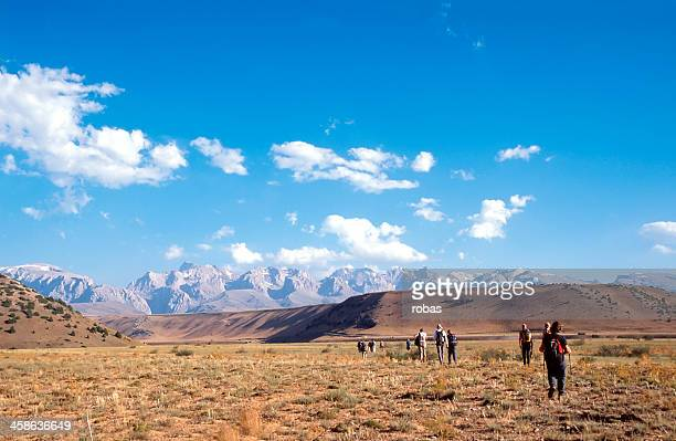 group of tourists walking to the tiën shan mountains - tien shan mountains stock pictures, royalty-free photos & images