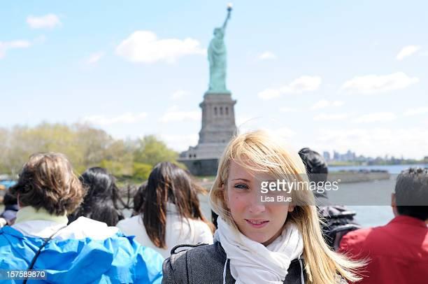 Grupo de turistas, la Estatua de la libertad de transbordador, ciudad de Nueva York.