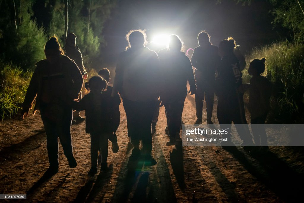 Migrants begin to arrive in growing numbers at border : News Photo