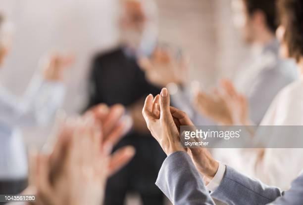 grupo de personas de negocios irreconocible aplaudiendo en una reunión. - aplaudir fotografías e imágenes de stock