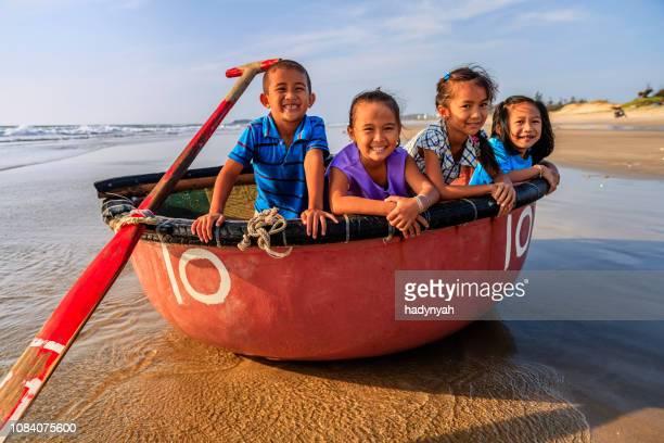 groupe d'enfants vietnamiens s'amuser sur la plage, vietnam - vietnamien photos et images de collection