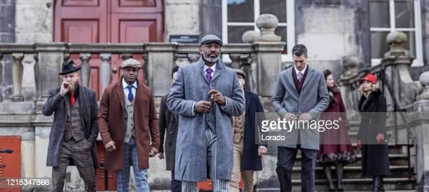 groep uitstekende mensen van de gangster in een oude stad - 's hertogenbosch stockfoto's en -beelden