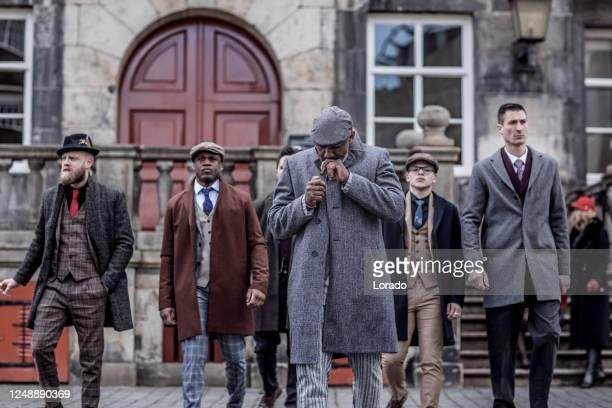 groep uitstekende gangster mensen in een oude stad - 's hertogenbosch stockfoto's en -beelden