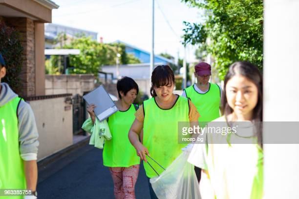 東京の街角を大掃除ボランティアのグループ