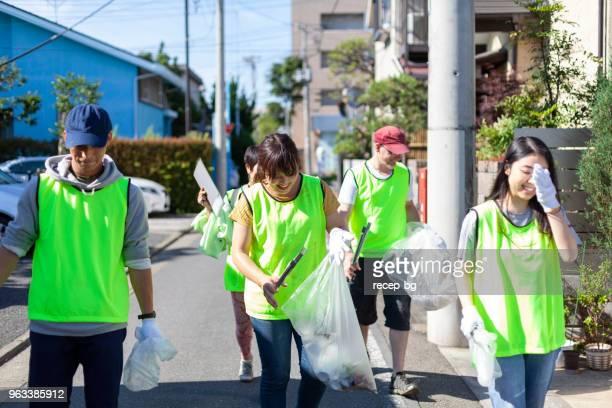 東京の街角を大掃除ボランティアのグループ - ボランティア ストックフォトと画像